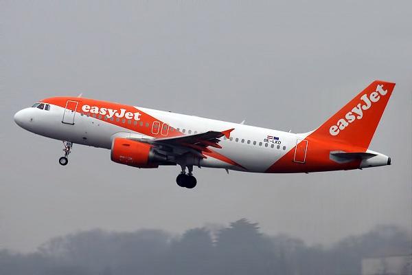Пассажир попытался открыть дверь самолета на высоте 9 тыс метров