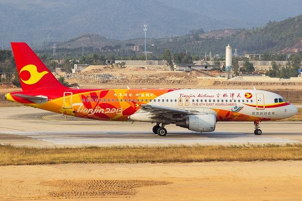В Китае пассажир кидал монеты в двигатель самолета